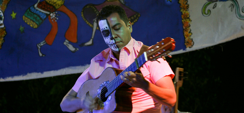 Man playing guitar at dia de muertes