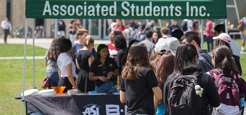 Students in line to get ASI merchandise